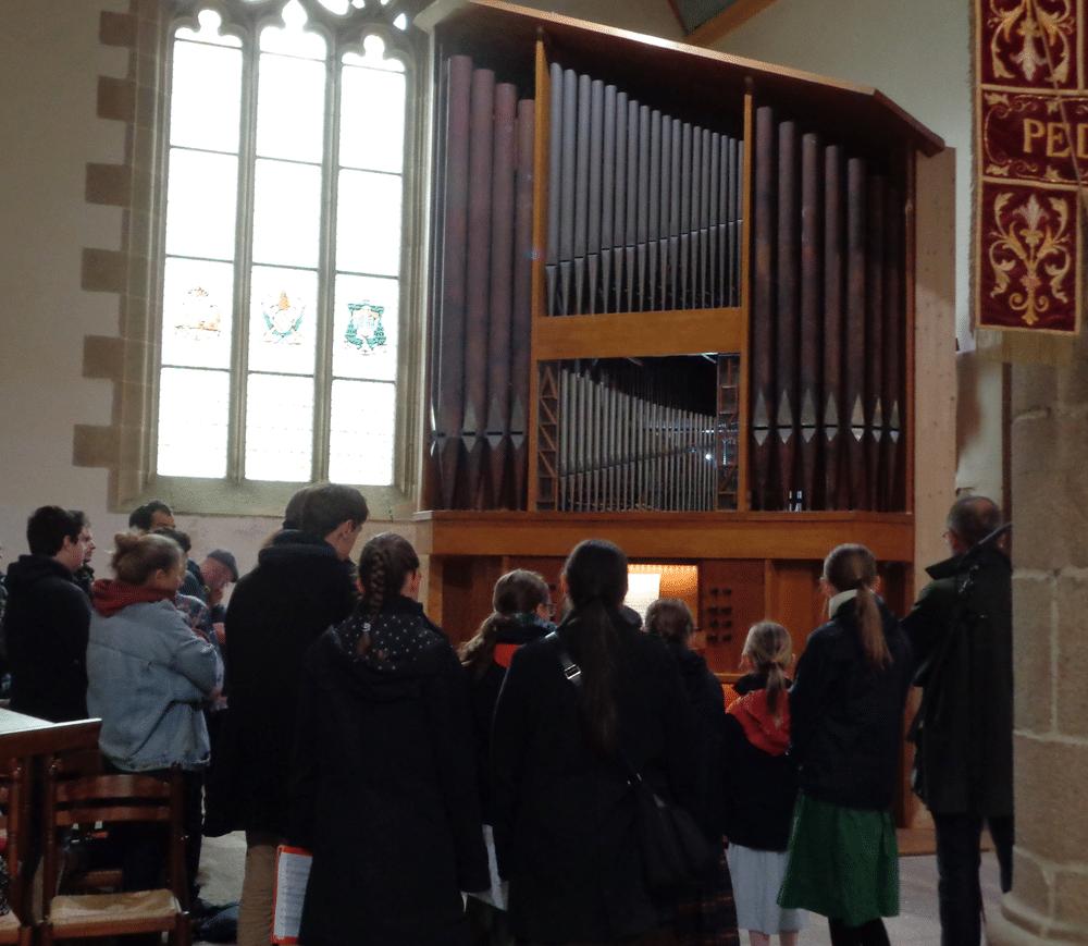 Tous attentifs à la démonstration de l'orgue de Ploumilliau...